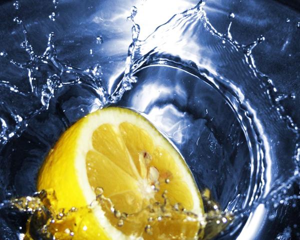 Citron i vatten - C-vitamin för kollagensyntes, järnupptag, antioxidation och kväveoxidbildning.